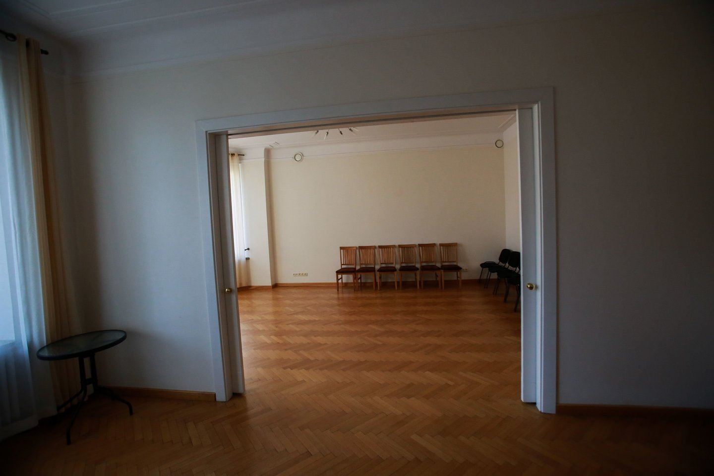 Svečių namuose yra 5 kambariai. Juose, jei gyventojai savarankiškai susitvarkyti nepajėgia, gali apsistoti ir sergančiųjų artimieji, su vaikais atvykę tėvai.
