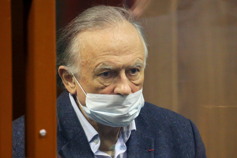 """Buvęs Sankt Peterburgo valstybinio universiteto docentas Olegas Sokolovas šio miesto Spalio rajono teisme buvo pripažintas kaltu dėl universiteto aspirantūros studentės nužudymo ir neteisėto šaunamojo ginklo laikymo, penktadienį iš teismo salės pranešė naujienų agentūros """"Interfax"""" korespondentas.<br>TASS/Scanpix nuotr."""