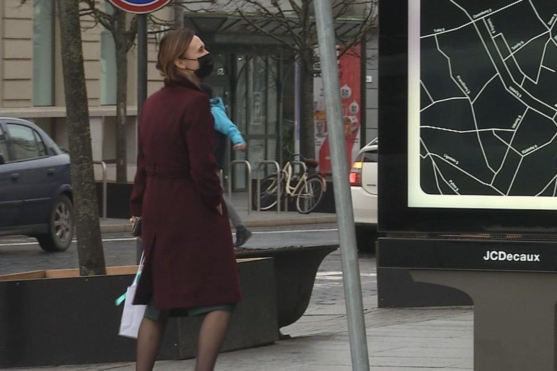 """Pirmadienį po pietų Seimo pirmininkė Viktorija Čmilytė-Nielsen, lydima apsaugos darbuotojų, užsuko į Gedimino prospekte įsikūrusią kosmetikos prekių parduotuvę.<br>""""Lietuvos ryto"""" televizijos nuotr."""