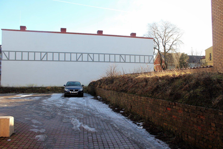 Kieme išliko sinagogos pamatų mūrai.<br>G.Pilaičio nuotr.