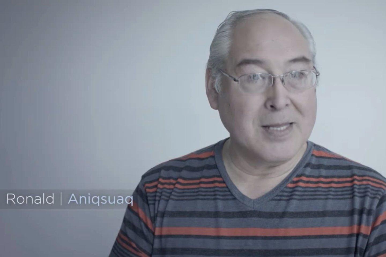 Iñupiatų genties indėnas Ronaldas Aniqsuaqas Broweris Vyresnysis.