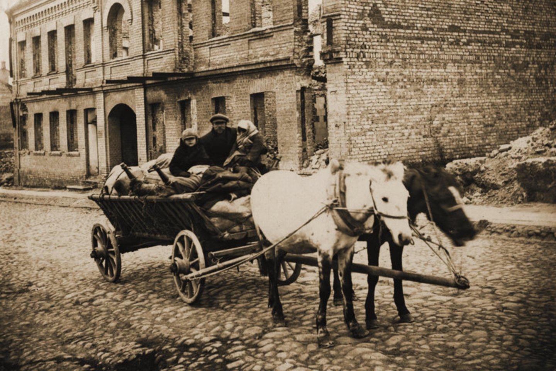 Šiauliečiai arklių traukiamame vežime.<br>Leidėjų nuotr.