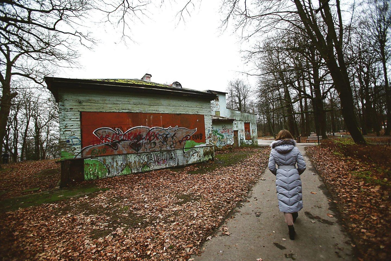 Suformavus vieną bendrą Vytauto parko sklypą bus sprendžiamas ir Kultūros paveldo registre esančių pastatų likimas, tarp jų – ir apleisto kurhauzo.<br>G.Bitvinsko nuotr.