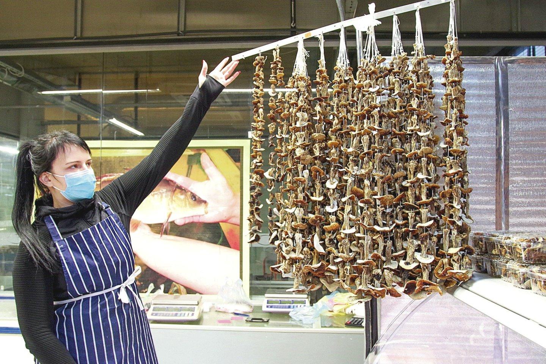 Patiekalus džiovintais grybais norintys pagardinti nuolatiniai turgaus lankytojai traukia pas pardavėją, prekiaujančią L.Vilbikienės rinktais grybais.<br>V.Ščiavinsko nuotr.
