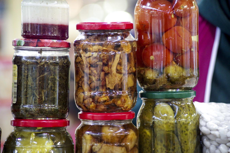 Rudenį džiuginęs gausus baravykų derlius žiemą miško gėrybių pardavėjus verčia veržtis diržus.<br>V.Ščiavinsko nuotr.
