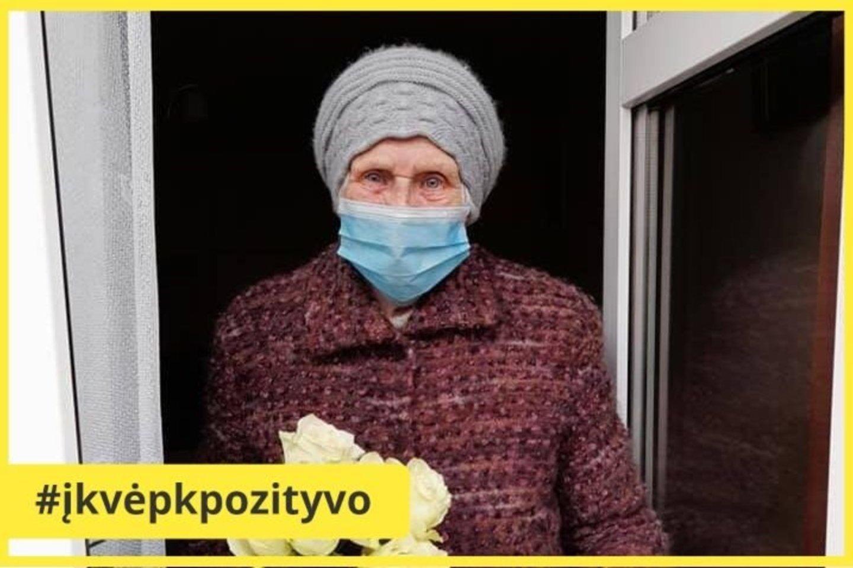 Sveikinimus ir dovanas ilgaamžei M. Bučienei teko priiminėti per langą.<br>silutesnaujienos.lt nuotr.