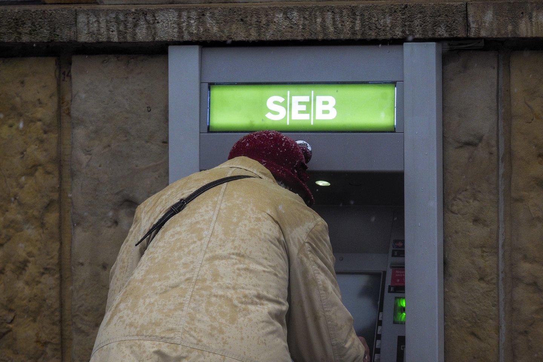 Dalis Lietuvos bankų metų pradžioje atnaujins paslaugų įkainius. Su grynaisiais pinigais susijusios operacijos kai kur brangs.<br>V.Ščiavinsko nuotr.