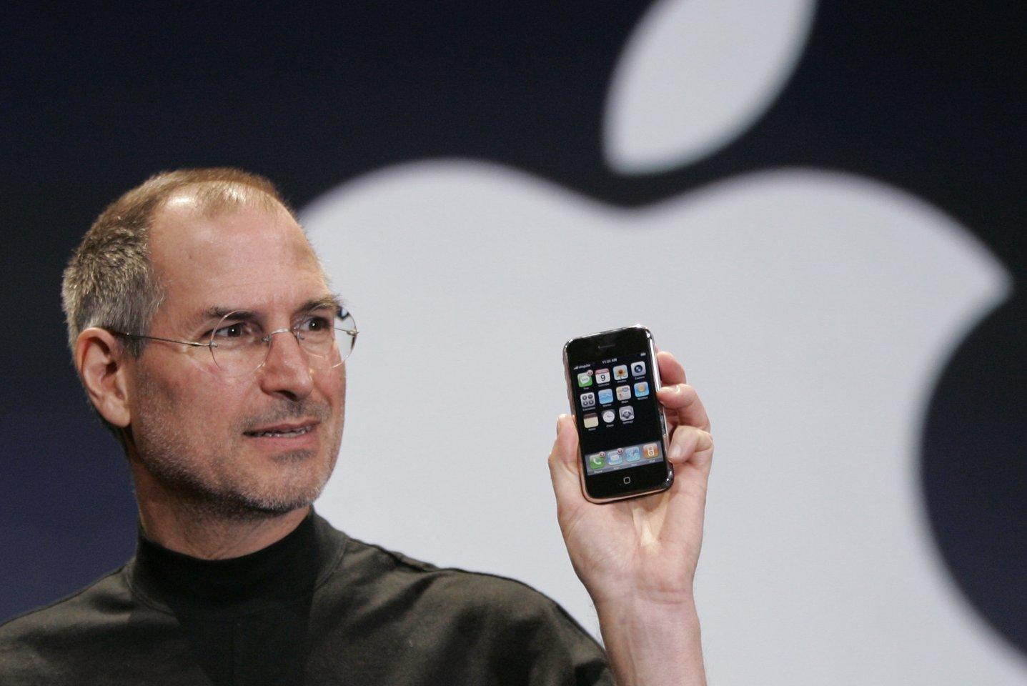 """2007 m. Stevenas Jobsas San Franciske pristatė pirmąjį """"iPhone"""" mobilųjį telefoną su lietimui jautriu ekranu.<br>AFP/Scanpix"""