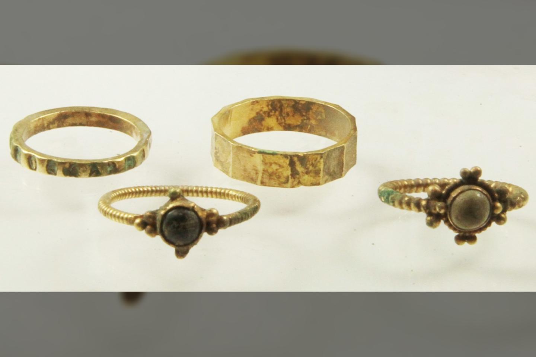 """Ant vieno iš žiedų yra užrašas kirilicos abėcėle: """"Viešpatie, padėk savo tarnaitei Marijai"""".<br>Lenkijos Mokslų akademijos Archeologijos ir antropologijos instituto nuotr."""