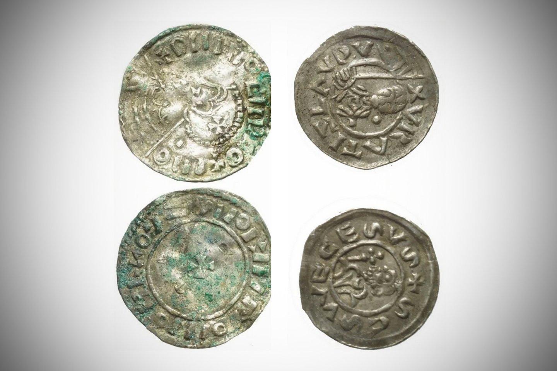 Puodo viduje rasta 6500 sidabrinių monetų, išskirstytų į lininius maišelius.<br>Lenkijos Mokslų akademijos Archeologijos ir antropologijos instituto nuotr.