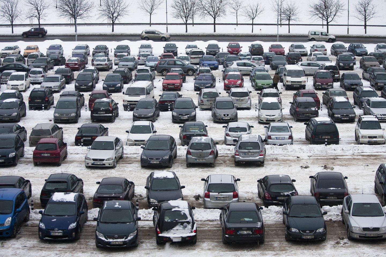 Šalyje įsigaliojus karantinui, o gyventojams vis daugiau laiko praleidžiant namuose, automobilių aikštelės šalia daugiabučių tapo perpildytos.<br>J.Stacevičiaus nuotr.