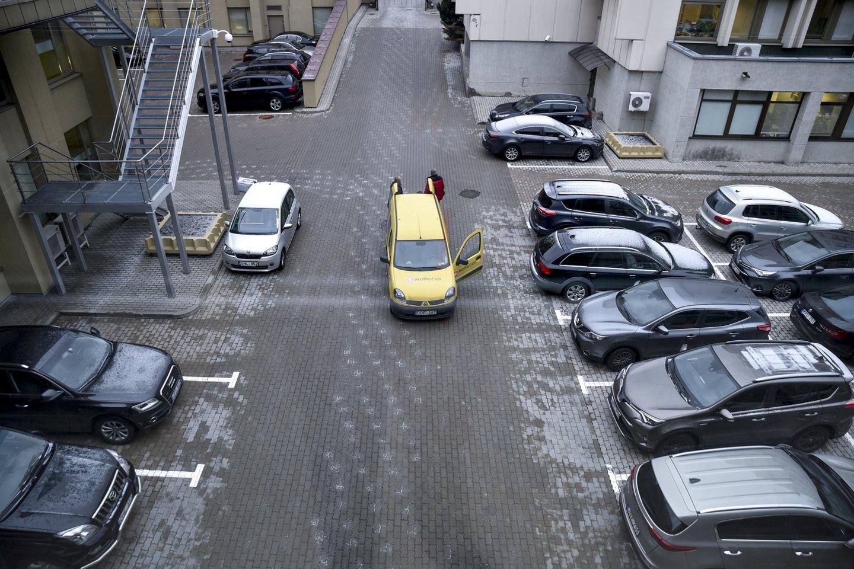 Šalyje įsigaliojus karantinui, o gyventojams vis daugiau laiko praleidžiant namuose, automobilių aikštelės šalia daugiabučių tapo perpildytos.<br>V.Ščiavinsko nuotr.
