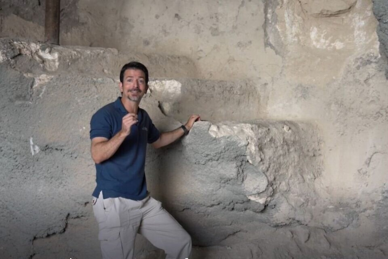 Archeologas Amitas Re'emas šalia ritualinės pirties Getsemanėje, Jeruzalės Alyvų kalne.<br>IAA nuotr.