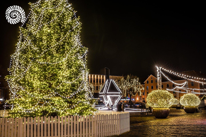 Klaipėda atsisveikina su kalėdinio laikotarpio simboliais, kurie ilgiau nei mėnesį puošė pagrindine kalėdinio laikotarpio erdve tampančią Teatro aikštę.<br>Andriaus Pelakausko nuotr.