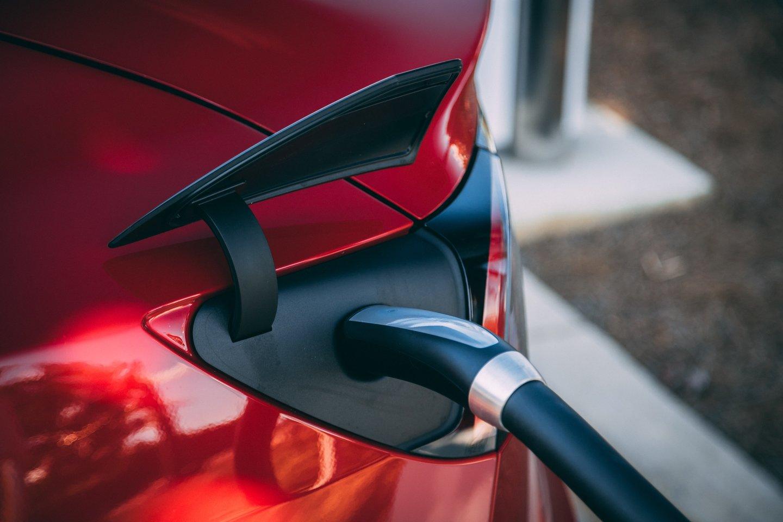 """Kinijos automobilių gamintoja """"Geely"""" pranešė planuojanti kartu su kinų technologijų milžine """"Baidu"""" įkurti elektrinių automobilių gamybos įmonę.<br>www.unsplash.com nuotr."""