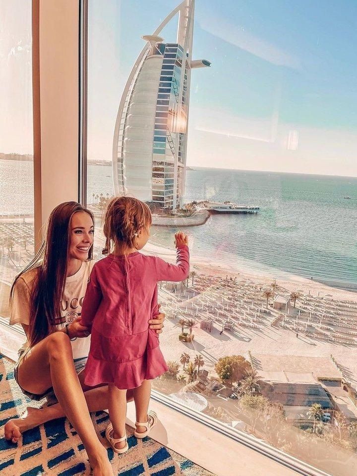 Viktorija Siegel su sužadėtiniu Laurynu ir dukra Nicole mėgaujasi Dubajaus saule.<br>Soc. tinklo nuotr.