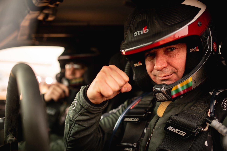 """""""Akmenys. Amenys. Akmenys"""", – vos išlipęs iš automobilio sakė lenktynininkas Antanas Juknevičius, pateikęs trumpą dienos apžvalgą.<br>V.Dranginio nuotr."""
