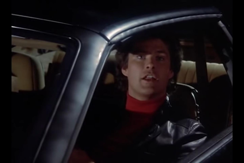 """Žymus amerikiečių aktorius Deividas Hasselhoffas aukcione parduoda savo automobilį.<br>""""Knight Rider Official"""" vaizdo įrašo stop kadras"""