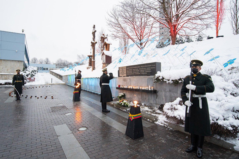 Laisvės gynėjams, palaidotiems Alytaus, Kauno, Kėdainių, Marijampolės, Rokiškio kapinėse Krašto apsaugos savanorių pajėgų kariai padėjo gėles ir uždegė žvakutes.<br>A.Pliadžio nuotr.
