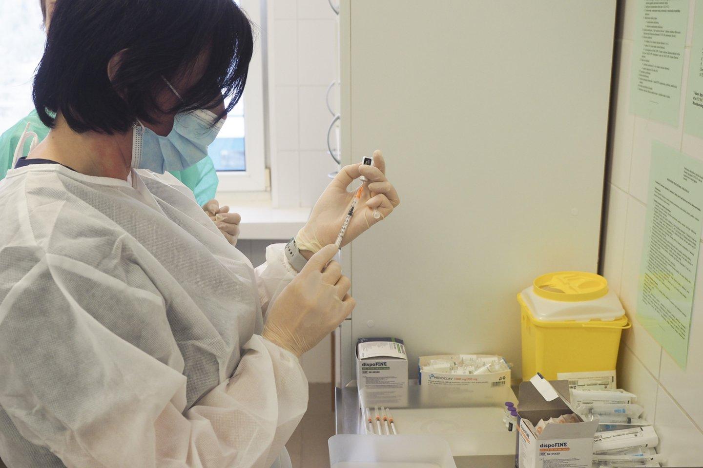 Sveikatos apsaugos ministerija (SAM) primena, jog specifinis imunitetas nuo COVID-19 ligos susiformuoja tik pasiskiepijus pagal visą skiepijimo schemą dviem dozėmis ir praėjus ne trumpiau kaip savaitei po paskiepijimo antrąja vakcinos doze.<br>E.Paukštės/NVI nuotr.