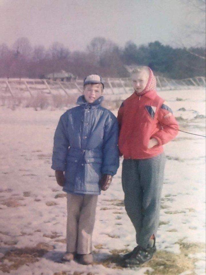 1991-ųjų kovo 11-oji. Ignas Krupavičius su seserimi Kristina prie TV bookšo ir tanku už nugaros.<br>Asmeninio archyvo nuotr.