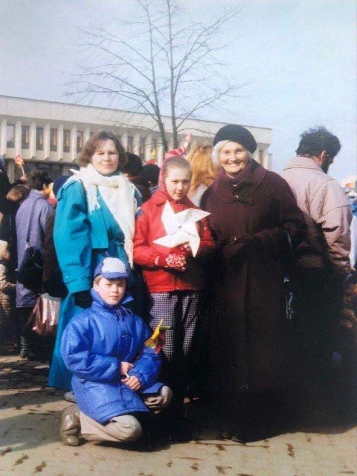 1991-ųjų kovo 11-oji. Ignas Krupavičius su seserimi Kristina, mama ir močiute.<br>Asmeninio archyvo nuotr.