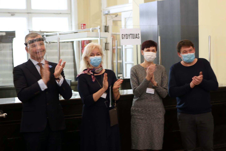 Kauno centriniame pašte paštininkus pakeitė kauniečius skiepijantys medikai.<br>M.Patašiaus nuotr.