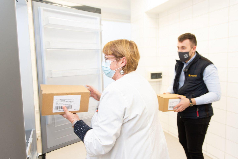 Antradienį vakcina atgabenta į Kauno miesto poliklinikos Dainavos padalinį.<br>Kauno savivaldybės nuotr.