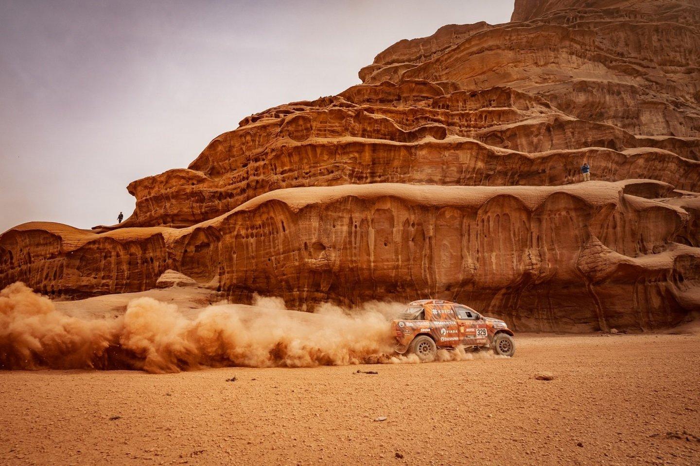 Lenktynininkų dueto priekyje šiame greičio ruože laukė dešimtis kitose klasėse besivaržančios lenktyninės Dakaro technikos.<br>V.Dranginio nuotr.