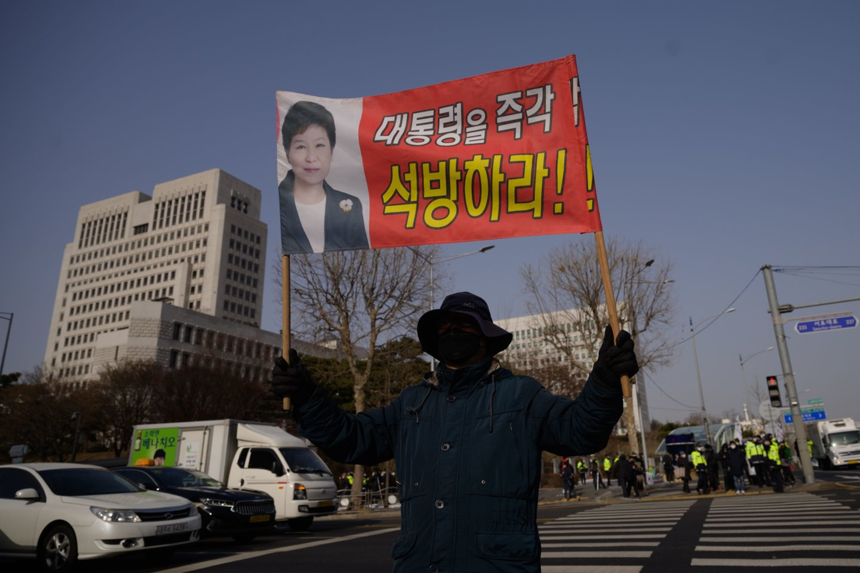 Pietų Korėjos Aukščiausiasis teismas patvirtino 20 metų laisvės atėmimo bausmę buvusiai šalies prezidentei Park Geun Hye dėl korupcijos. Taip pat lieka galioti 68-erių eksprezidentei skirtos piniginės baudos ir sprendimai dėl turto arešto – jų bendra suma siekia apie 16 mln. eurų.<br>AFP/Scanpix nuotr.