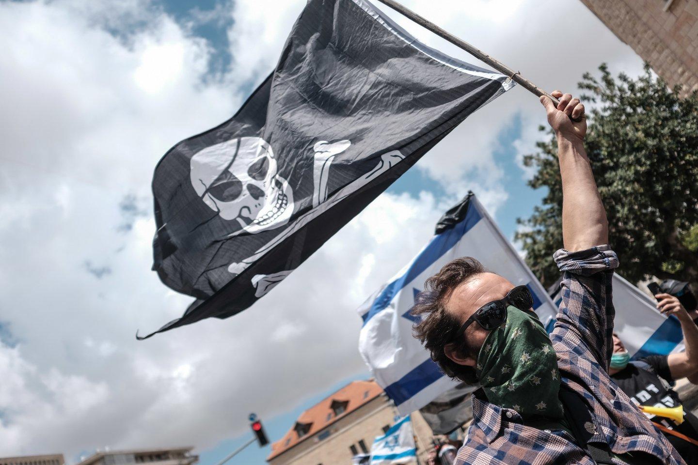 Pernai pasaulyje penktadaliu išaugo piratų išpuolių. Tarptautinio jūrų laivybos biuro (IMB) duomenimis, 2020-aisiais registruoti iš viso 195 piratavimo ar ginkluoto laivų užpuolimo atvejai. Tai yra 33 daugiau nei metais anksčiau.<br>ZUMA Press/Scanpix nuotr.
