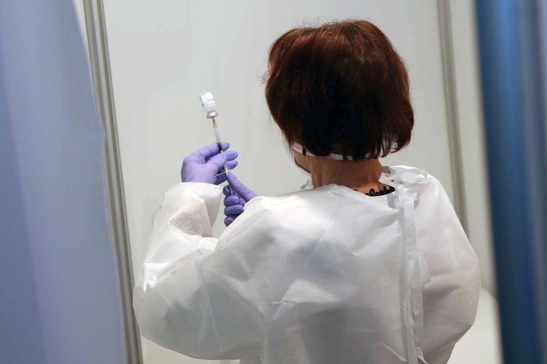 Medicinos įstaigų darbuotojams kilo klausimų dėl skiepijimo.<br>M.Patašiaus nuotr.