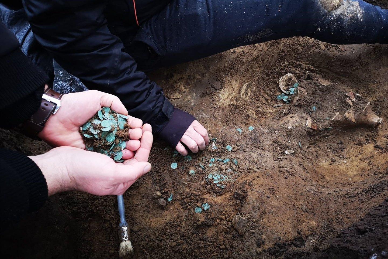 XVI amžiuje Osmanų imperijos ataka galėjo paskatinti supanikavusius vengrus užkasti vertingą sidabro ir aukso monetų lobį. Dabar archeologai atkasė šiuos turtus šiuolaikiniame Vengrijos ūkyje.<br>Ferencio muziejaus nuotr.
