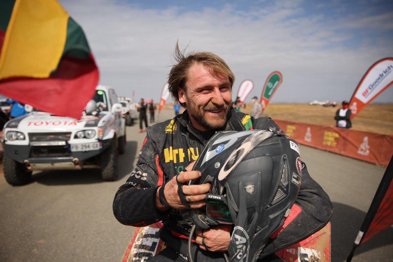 """""""Super! Fantastika, fantastika!"""", – tokie buvo pirmieji keturratininko žodžiai vos nusiėmus šalmą po paskutinio šių metų Dakaro ralio greičio ruožo finišo.<br>Pranešėjų spaudai nuotr."""