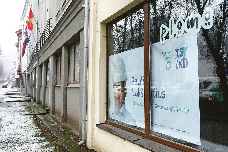 P.Lukševičius mano, kad rinkimų plakatas Laisvės alėjos vitrinoje niekam netrukdo.<br>M.Patašiaus nuotr.