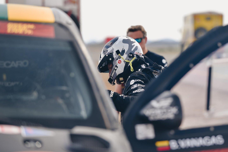 Vėlų šeštadienio vakarą į Vilniaus oro uostą parskrido Lietuvai Dakare atstovavę lenktynininkai.<br>V.Pilkausko nuotr.