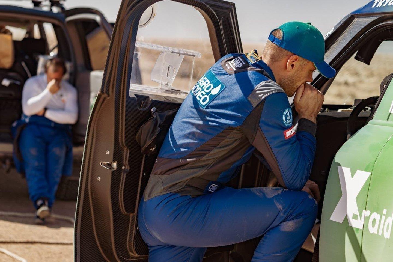 """Vėlų šeštadienio vakarą į Vilniaus oro uostą parskrido Lietuvai Dakare atstovavę lenktynininkai.<br>""""Agrorodeo"""" komandos nuotr."""