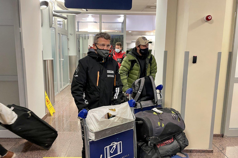 Vėlų šeštadienio vakarą į Vilniaus oro uostą parskrido Lietuvai Dakare atstovavę lenktynininkai.<br>V.Ščiavinsko nuotr.
