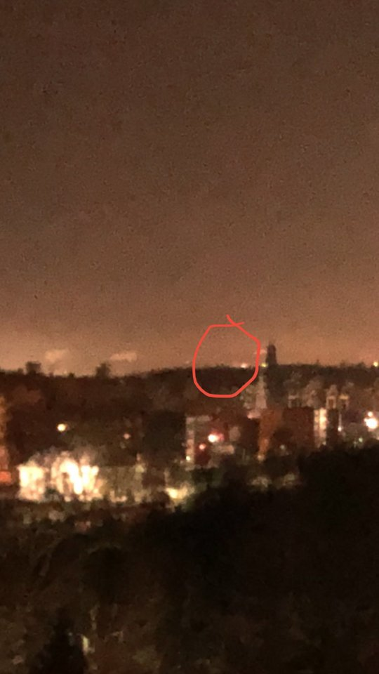 Skaitytoja Julija šeštadienio vakarą Vilniaus danguje užfiksavo keistus vaizdus.<br>Skaitytojos nuotr.