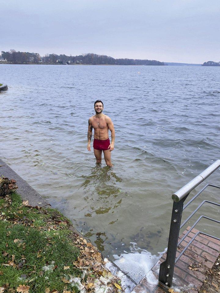 Dažniausiai Vaidas Baumila maudynėmis džiaugiasi Vilnios upėje, tačiau noriai išbando ir kitus vandens telkinius.<br>Asmeninio albumo nuotr.