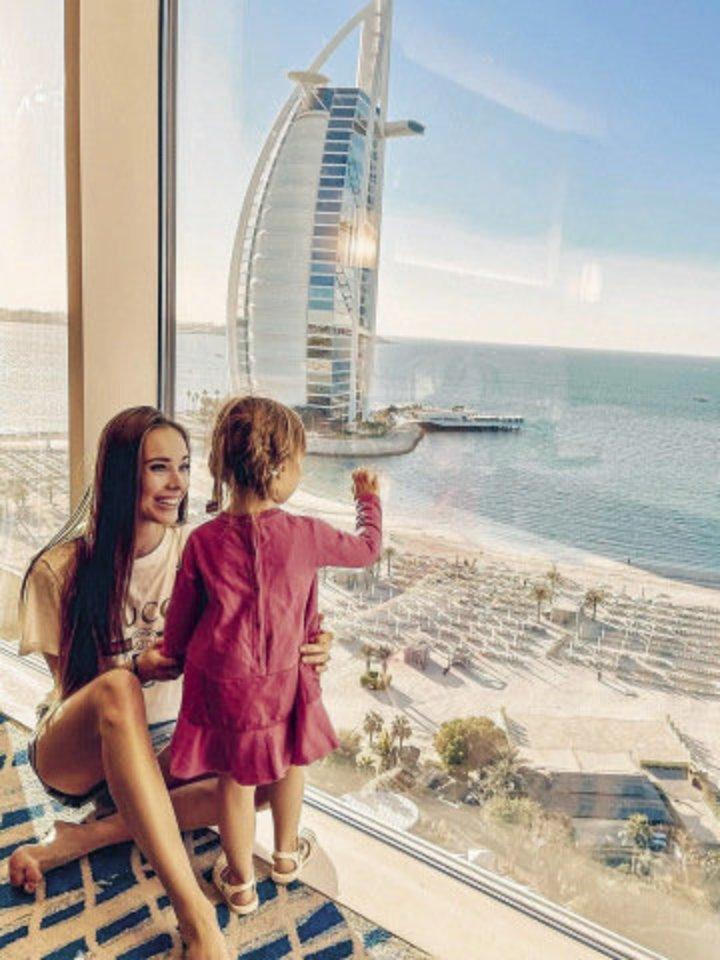Nuomonės formuotoja Viktorija Siegel (26 m.) su sužadėtiniu Laurynu (30 m.) ir dukra Nicole (2 m.) išvyko pailsėti į Dubajų ir sulaukė aršios kritikos.<br>Soc. tinklų nuotr.