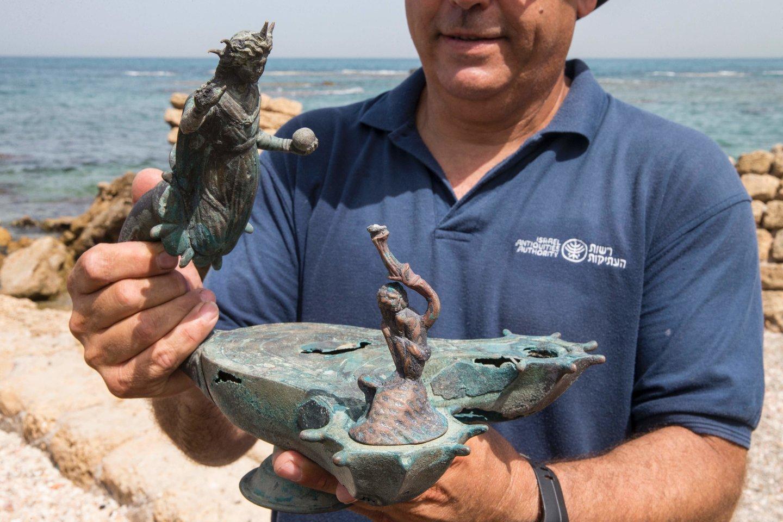 Senovės Romos Cezarėjos uoste narai iš vandens ištraukė retą senovinių dirbinių lobyną.<br>AFP / Scanpix nuotr.