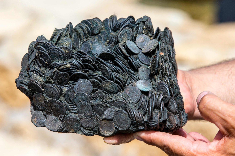 Per ilgą laiką, praleistą jūroje, monetų krūvos įgavo senovinių indų, kuriuose gulėjo, formą.<br>AFP / Scanpix nuotr.