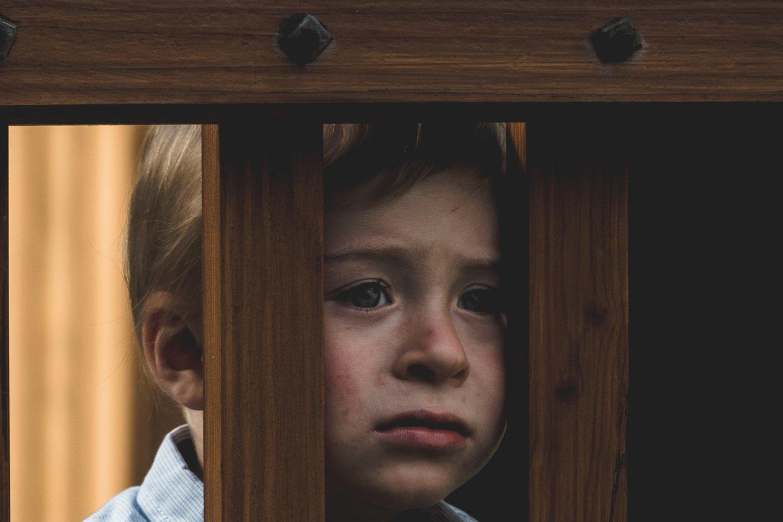 """Vaikai liko uždaroje šeimos erdvėje, todėl nebėra, kas pastebėtų ir sureaguotų į netinkamą elgesį, nes socialiniai darbuotojai, kurie anksčiau gana dažnai lankydavo vaikus ir šeimas, šiuo metu daugiausiai konsultuoja nuotoliniu būdu ir gyvai nebemato, kas vyksta namuose.<br>""""Unsplash"""" nuotr."""