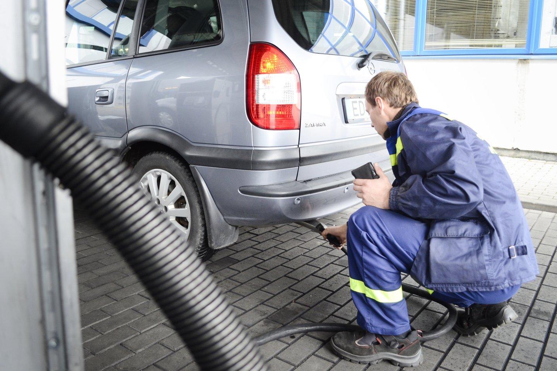 Techninės apžiūros stotyse šiuo metu nesutiksi didelio srauto automobilių ne tik dėl karantino, bet ir dėl to, kad dauguma vairuotojų neužkuria savo transporto priemonės.<br>J.Stacevičiaus nuotr.