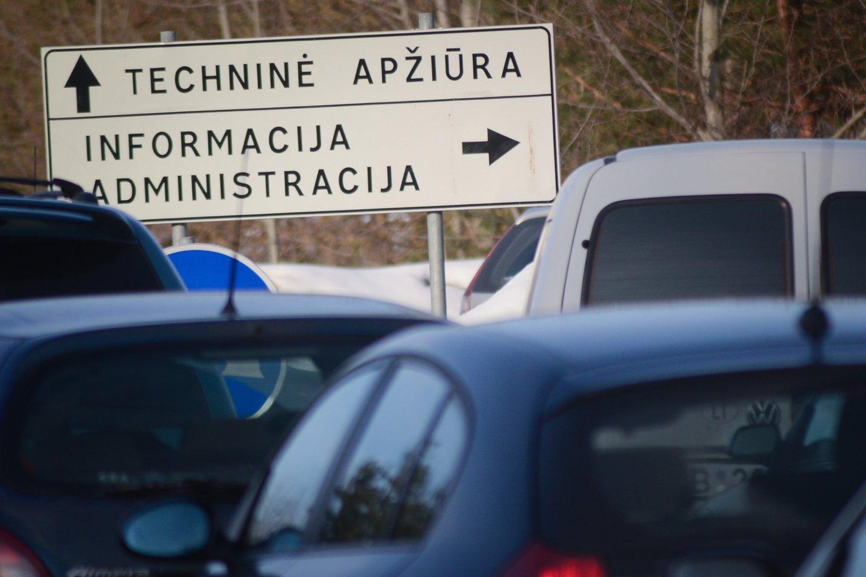 Techninės apžiūros stotyse šiuo metu nesutiksi didelio srauto automobilių ne tik dėl karantino, bet ir dėl to, kad dauguma vairuotojų neužkuria savo transporto priemonės.<br>lrytas.lt nuotr.