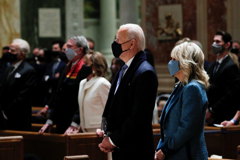 Išrinktasis JAV prezidentas Joe Bidenas atvyko į pamaldas vienoje bažnyčioje Vašingtone kartu su Kongreso lyderiais.<br>Reuters/Scanpix nuotr.