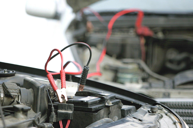 Senesnių automobilių savininkams per šalčius tenka prašyti pagalbos užvesti mašiną arba pirkti naują akumuliatorių.<br>Nuotr. iš LR archyvo