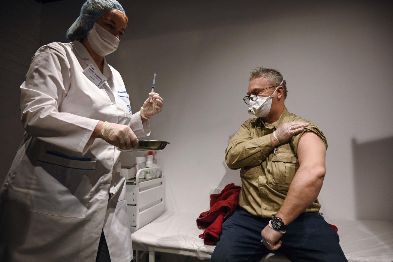 Gyvybiškai svarbų skiepą nuo COVID-19 Rusijoje galima gauti privačioje klinikoje sumokėjus nuo 1850 rublių (20,7 euro) iki beveik 60 tūkst. rublių (667 eurus).<br>AFP/Scanpix nuotr.