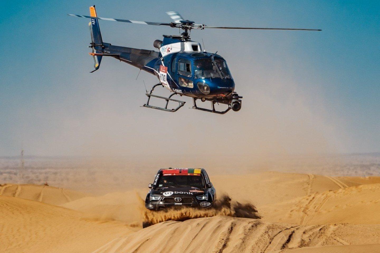 2021 metų Dakarą džentelmenišku poelgiu pradėję Benediktas Vanagas su Filipe Palmeiro vėliau taip pat neatsisakė padėti net ir tiems dalyviams, su kuriais varžėsi dėl aukštesnės pozicijos.<br>V.Dranginio nuotr.